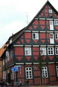 Satu fachwerkhaus (rumah bertulang kayu) di Luneburg